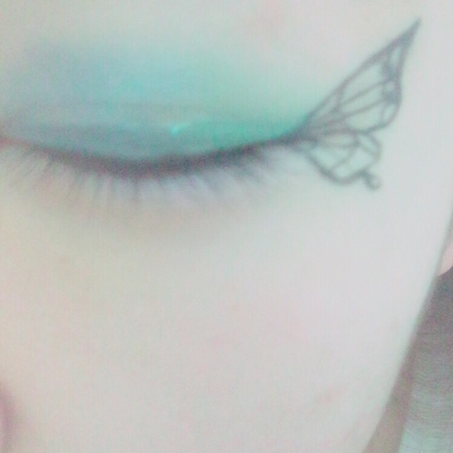 蝶の中の柄を好きなように描いて、、