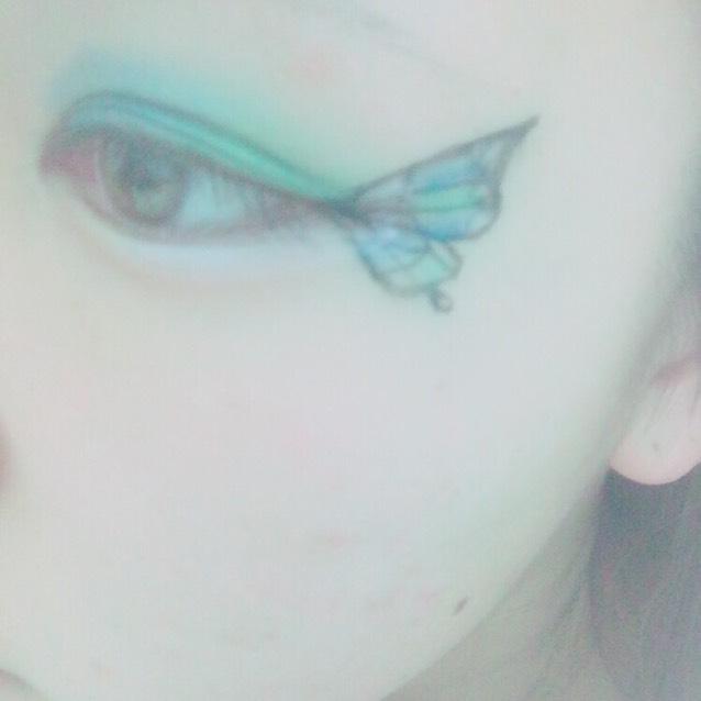 塗り絵のようにランダムに羽に色を塗る!