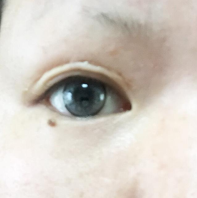 私は重い奥二重なのでカラコンを入れ化粧水を済ませた後瞼をコットンでふき二重にするところから始めます。