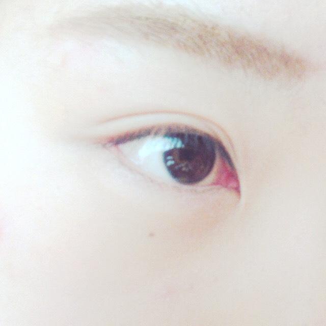 下地はぱぱっとすませて、 眉毛はアイブロウの一番濃い色で形をかいてからペンシルで整える! そのあと眉マスカラ〜!