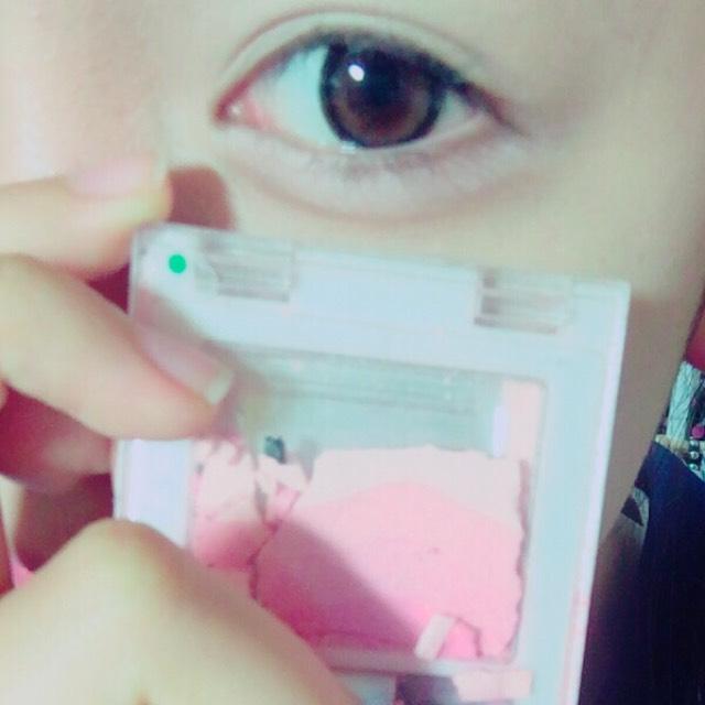 セリアのチーク薄ピンクを涙袋にぬる。 (ボロボロなのは気にしない)←