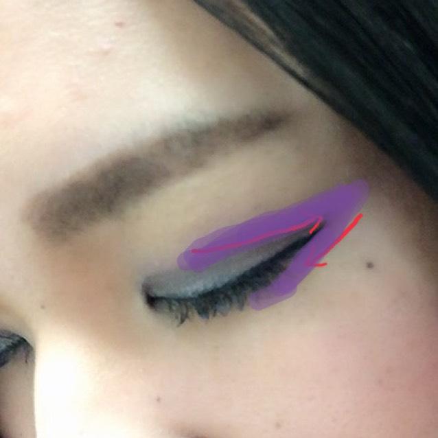 紫のアイシャドウは二重の線上からやや上の部分をラインを書くようにのせます! 目尻まで行ったら折り返して下瞼1/3までひきます♡