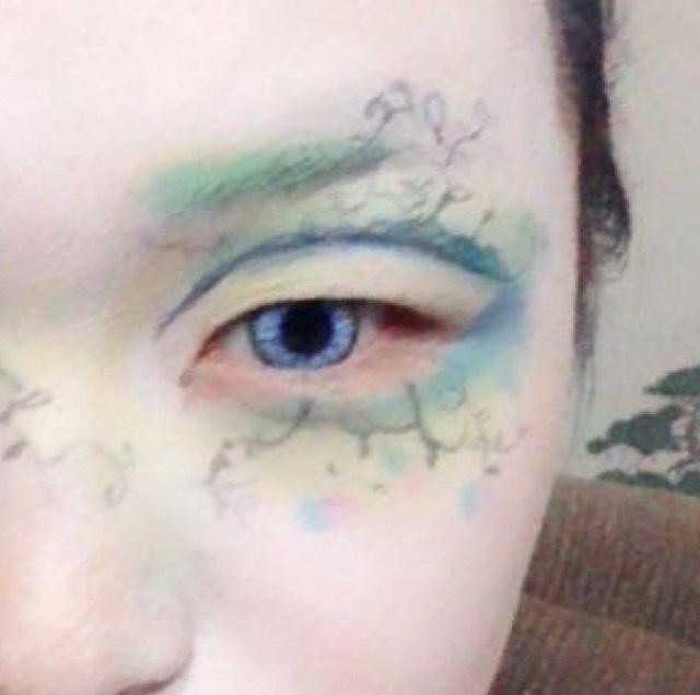ダブルラインを引いたらグラデーションになるようにシャドウを乗せていきます。 私の場合はダブルラインの濃い青から深緑→緑→黄色といった形で使用しました。(目の下も同様。) ノーズシャドウを引く場合は薄いオレンジ等を使うといいと思います。
