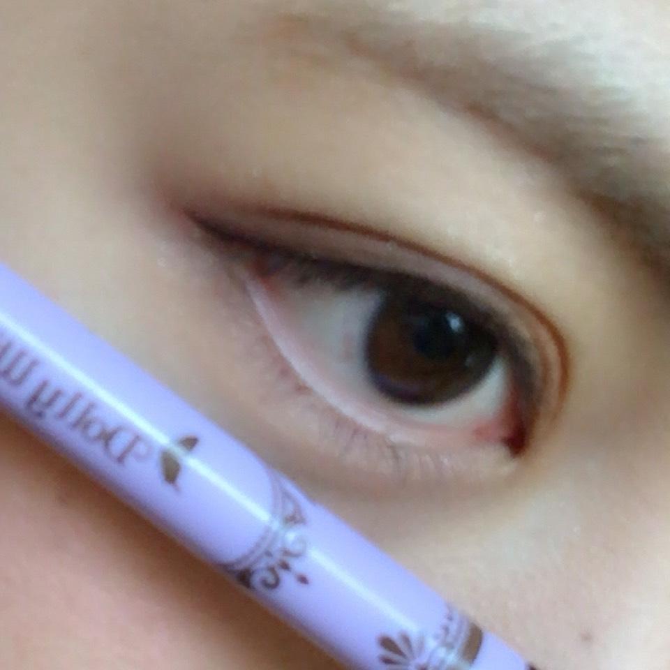 用咖啡色的眼線產品畫出陰影。