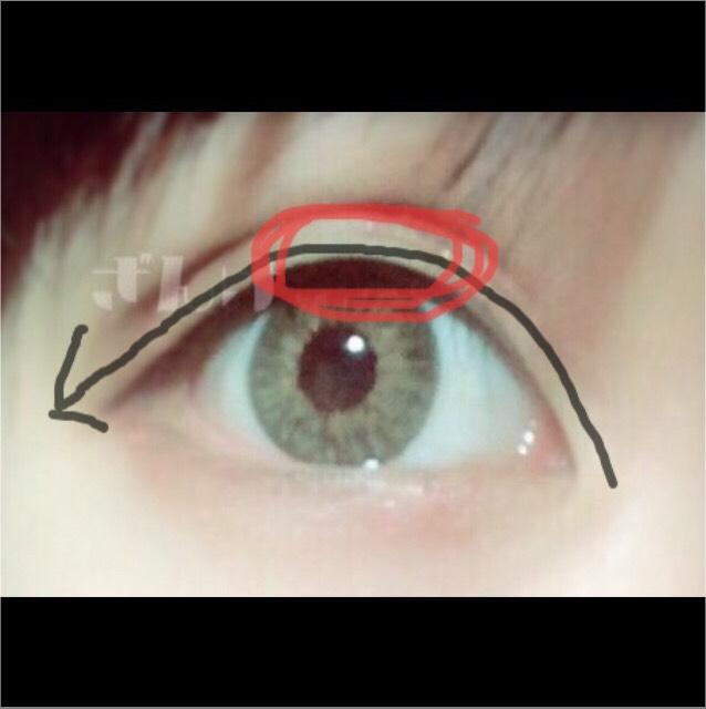 沿著箭頭的方向畫出粗眼線!為了有大眼效果,紅色框線處要畫得特別粗!