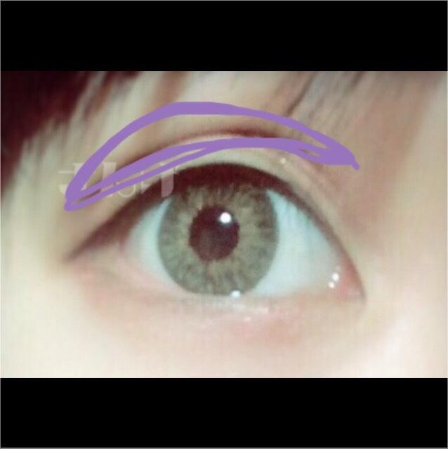為了強調雙眼皮,在雙眼皮線上塗上深咖啡色眼影!