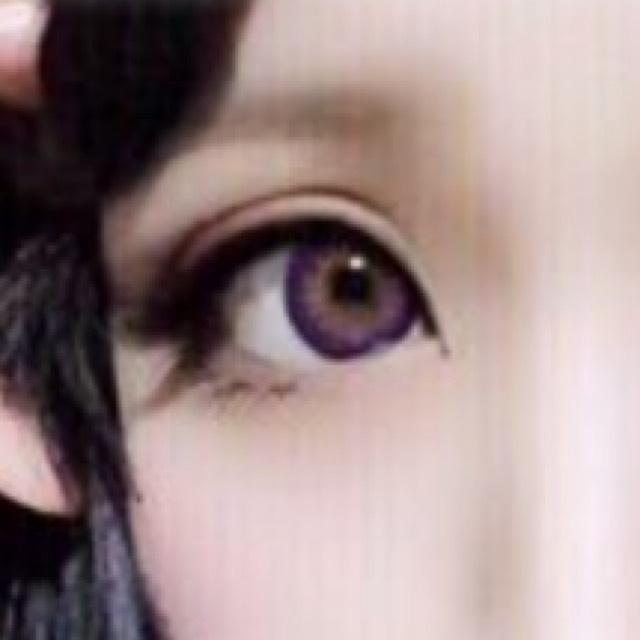 最後貼上上下假睫毛!上假睫毛是紗榮子設計的假睫毛12號,下假睫毛使用的是對切的「Dolly Wink」黑色假睫毛!