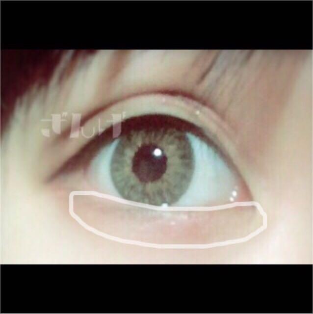 畫出淚袋!厚厚地塗上粉白色系的眼影!