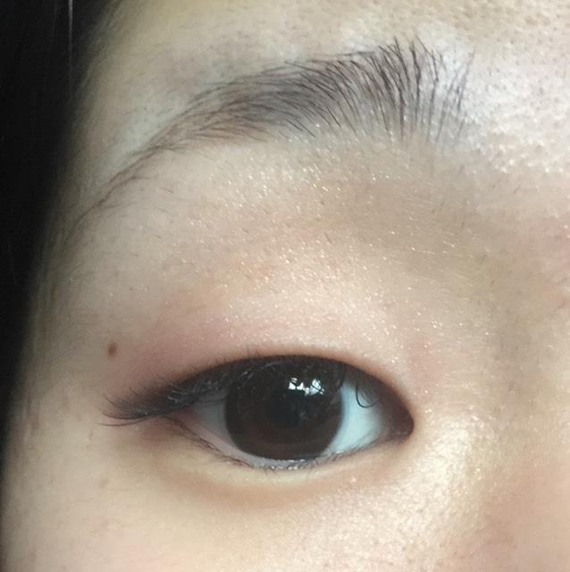 目のキワに濃いブラウンのシャドウをのせます。