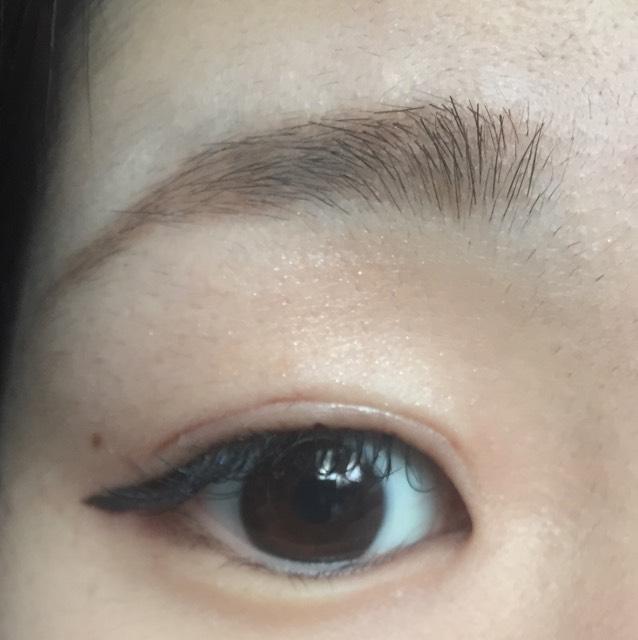 アイラインと、目の下1/3にブラウンシャドウを塗ります。