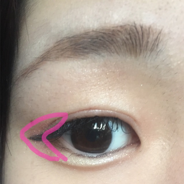 目尻にピンクのシャドウをのせます。