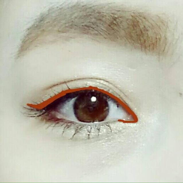 リキッドアイライナーは上と下の目頭だけに使います♪上は黒目の上を通り過ぎたらまつげの際から離します。あまり跳ね上げすぎないように、幅を広くするイメージです!