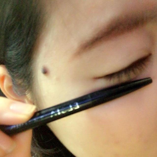 アイライナーはエルシアのペンシルタイプのブラウンです。黒目の上を重ね塗りして瞳を大きく見せます