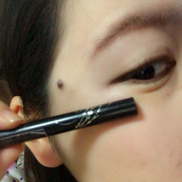黒目から目尻にかけてインテグレートのリキッドライナーを重ねます。目尻ははね上げず、すっと流す感じで(  ˊᵕˋ  )