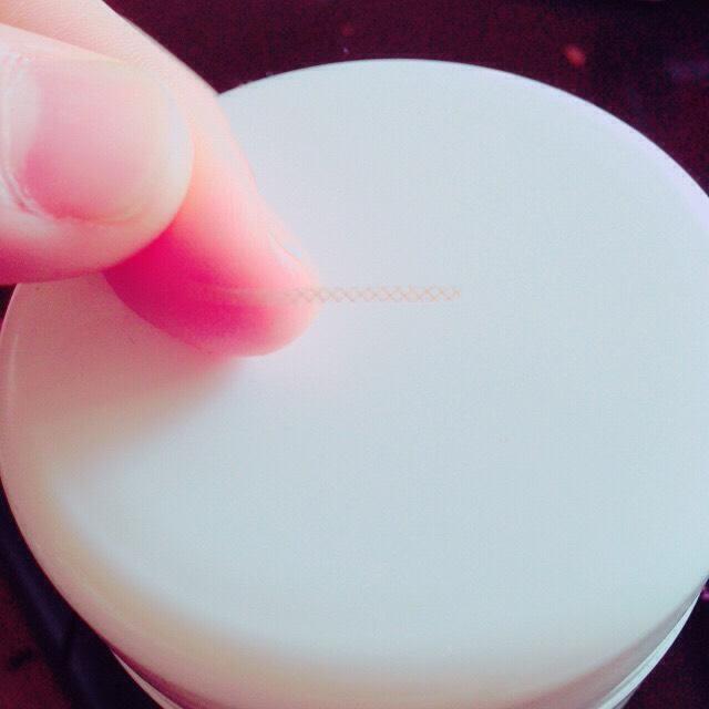 バンドエイドをこんな感じに切ってファイバーのように伸ばして瞼に貼ります