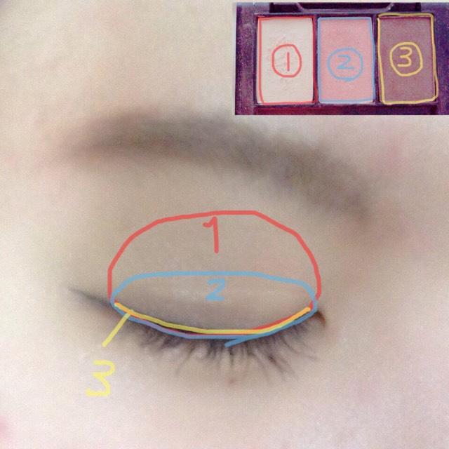 いつも通りベースを作って眉毛をかいてからアイシャドウを塗ります! シャドウは100均のです(笑)