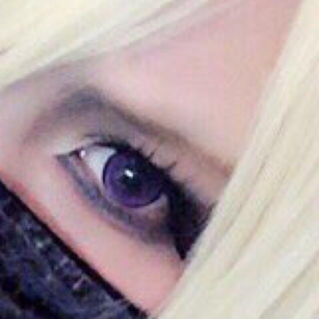 眉毛は茶金(明るい茶を混ぜる)ノーズシャドウは濃く、その上から軽く眉間から目までの長さ分、黒でノーズシャドウを重ねる。 ハイライトはこれでもか!!