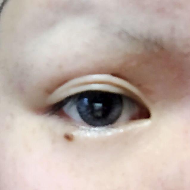 閉じたまま先の細いプッシャーで目頭を押さえ目を開き二重をつくる。 この段階で不自然でもアイライナーひいちゃえばわからないです。