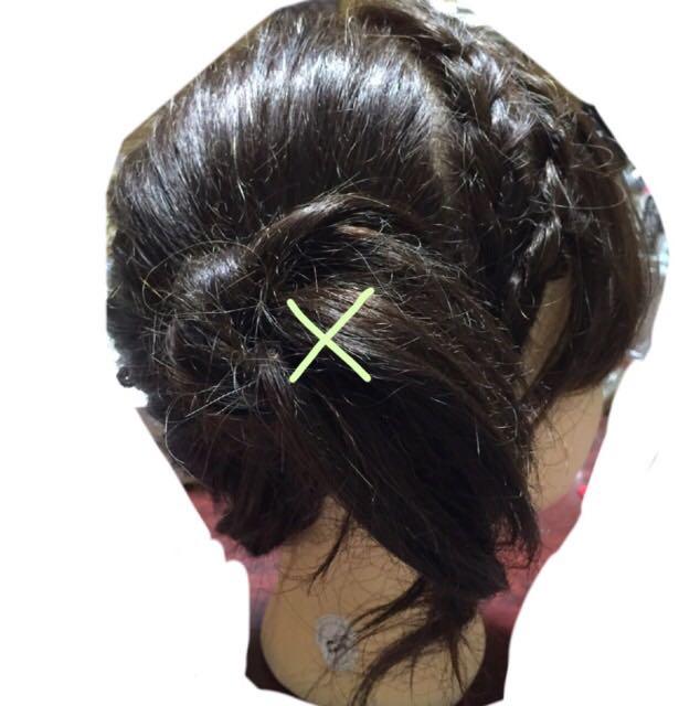 編み込みが計3本終わったら、残りの髪で右側ばつ印辺りにポニーを作る。編み込みをポニーの根元に巻きつけて隠しピンで留める。