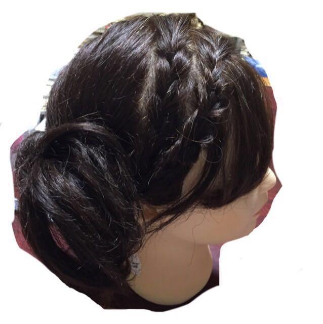 前髪側から編み込みします。ゴムで縛る前に、ゴムでむすぶ部分をしっかり持って、指で編み部分を少しひっぱって太さを調整してからゴムで縛る。編み込み二本目(頭部側)も同じく。