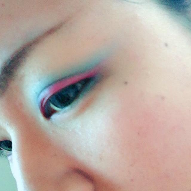 ブルーのアイシャドウを二重の線の上からのせます。 下瞼にも少しだけっ