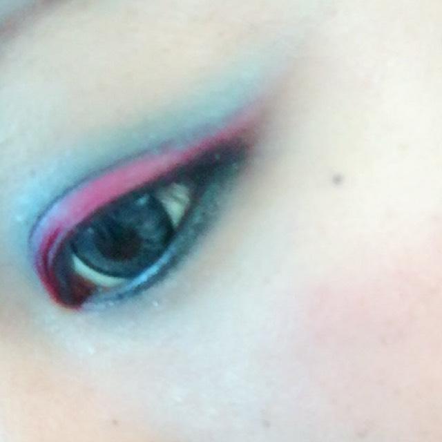 黒のアイシャドウ 目尻のくの字ゾーンと下瞼の目の際に沿って囲い目! 必ずぼかしながら、ラメのあるものをつかって下さい