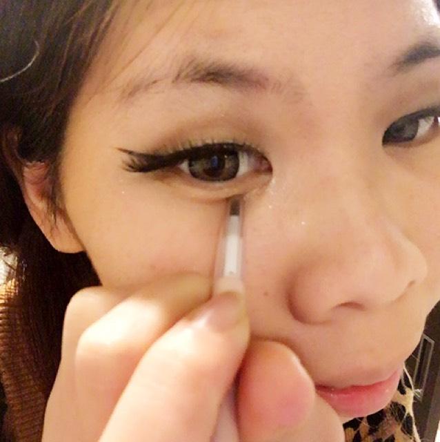 もうつけまをつけた状態です( ´-` )  涙袋を付け加えていきます。  眉のやつで私は描きます。
