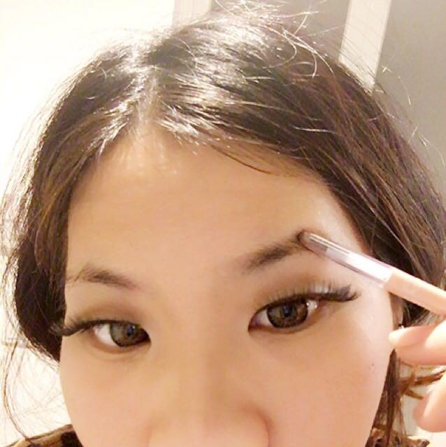 眉毛は下手なので参考にならないと思いますが....   気持ち上がる形で描いていきます(*´-`)