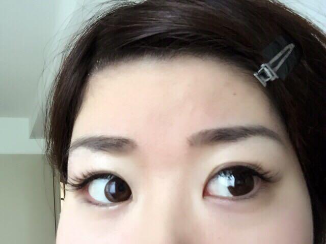 まずは眉毛から始めます。色はその時の髪の色と合わせます。できるだけ自分の眉毛の形を意識して、太さと長さを出して自然に。ケイトのブロウを使って目頭に影を付け、眉毛全体もなぞってボカします。