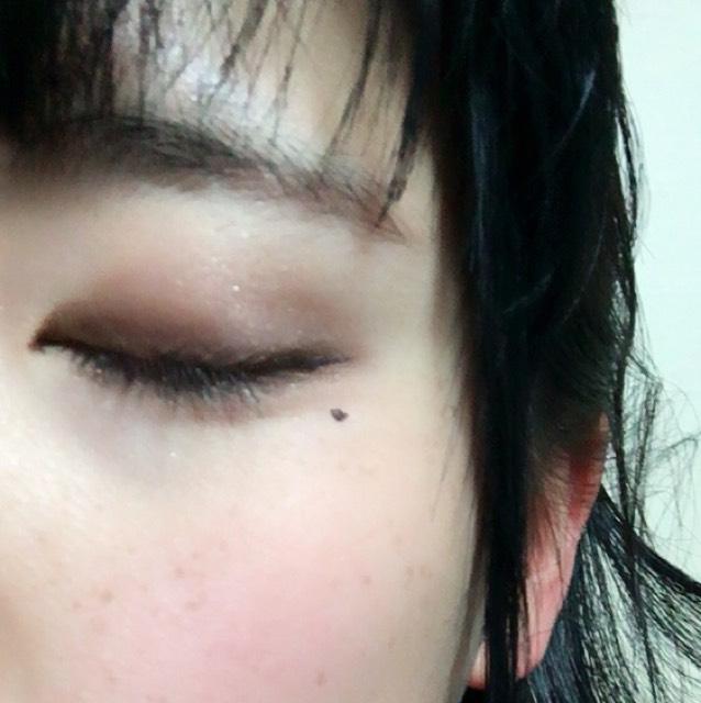 薄い色を手に取り アイホール全体に  次に濃い色を二重幅に  さらに次に濃い色を目尻から中央にかけて