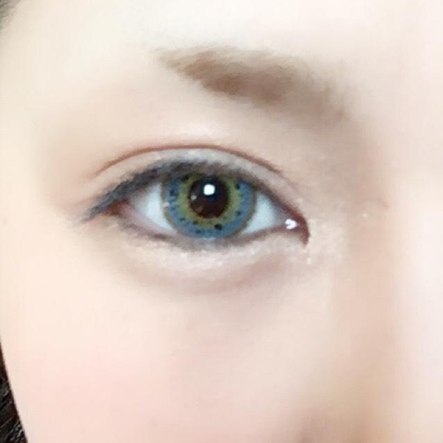 ノーズシャドウの延長で目の骨に沿って影をつけ、 目をぐるっとクリームシャドウで囲み、指でなじませます。 今回はローラメルシエのキャビアスティックアイカラー、ローズゴールドを使いました。