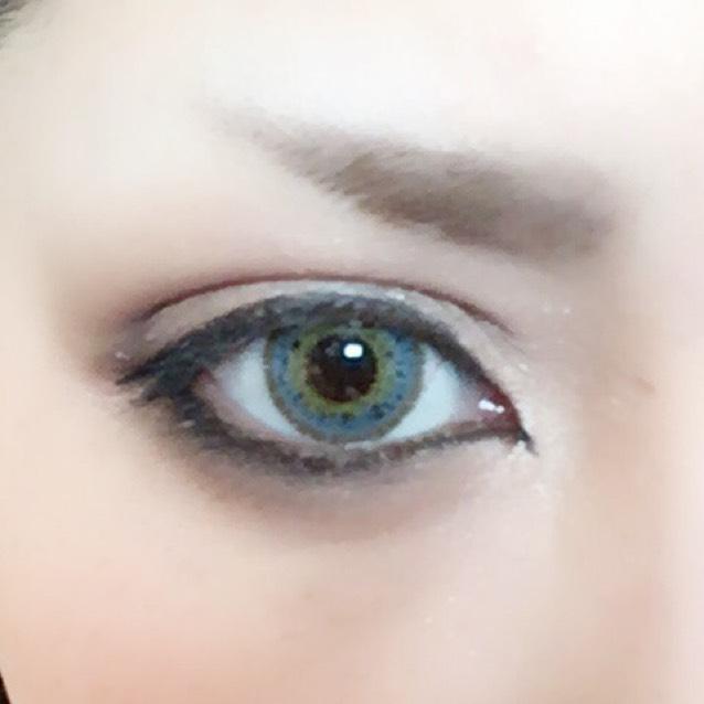 クレヨンペンシルでまつ毛を埋めて、オーバーラインはリキッドにしました。今日は。 あと眉毛はパウダーでさっとやっただけです。見てないよ誰も眉毛なんて。