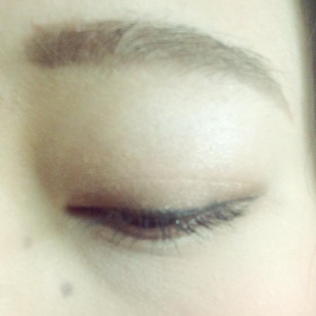 下瞼の目尻には濃いブラウンを塗る。  目頭にはラメを塗る。