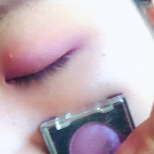 うすい紫のアイシャドウを二重幅に沿ってオン!目尻から少しはみ出す程度まで!