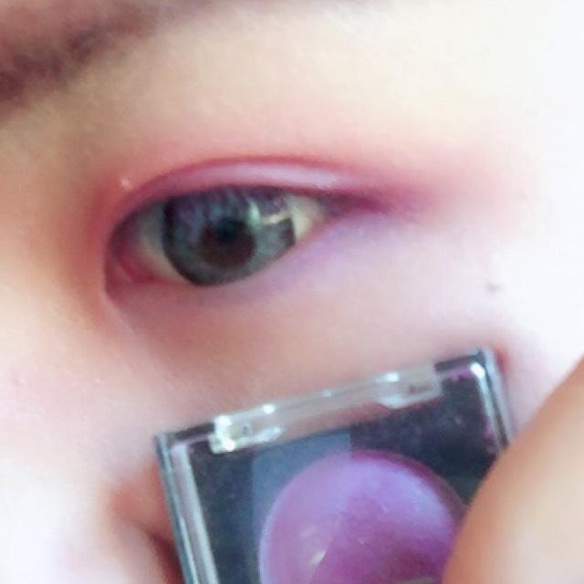 目尻から下瞼1/3にかけても紫のアイシャドウを