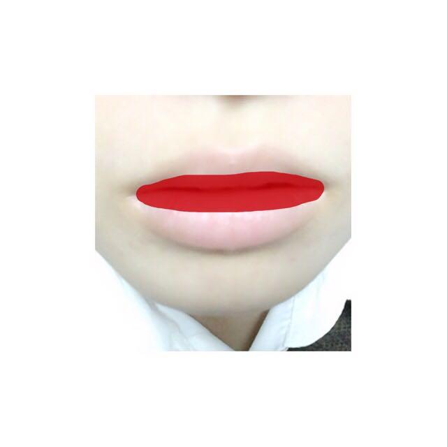 赤いティントを唇の内側にぬります その上からなじませるようにキャンメイクのリップをぬります