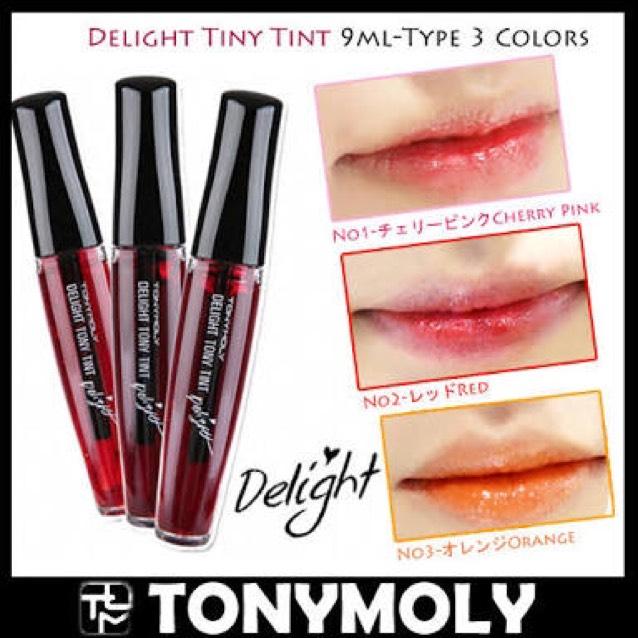 リキッドティントの濃いピンクを唇の真ん中にちょんちょん! 指で塗り広げるか、唇を合わせてなじませます