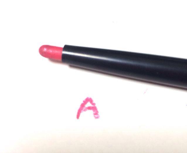 これは キャンドゥで買ったピンクのライナーです   ペンシルっぽいけど とても発色が良くて素敵!