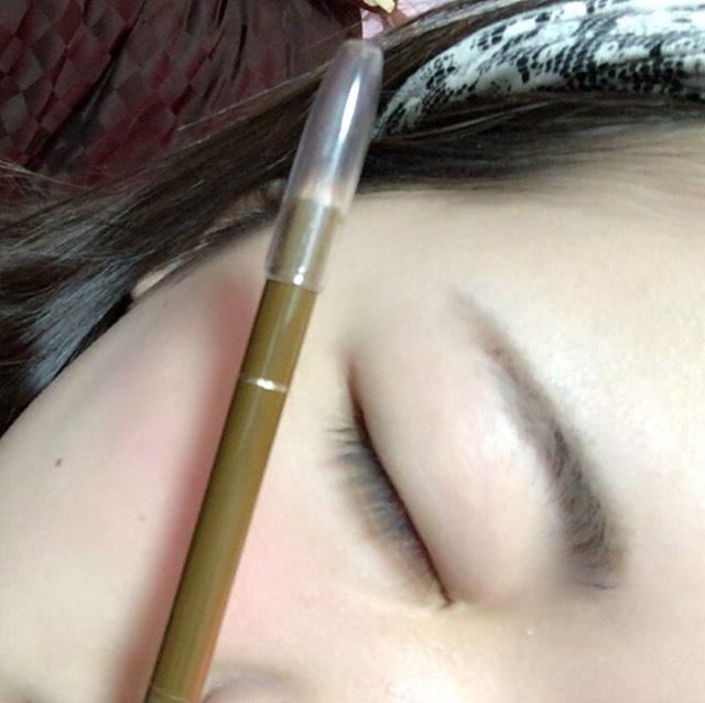 次!!眉毛をペンシルでかきかきします。 平行眉毛が好きなのでまっすぐと( ¯•ω•¯ )
