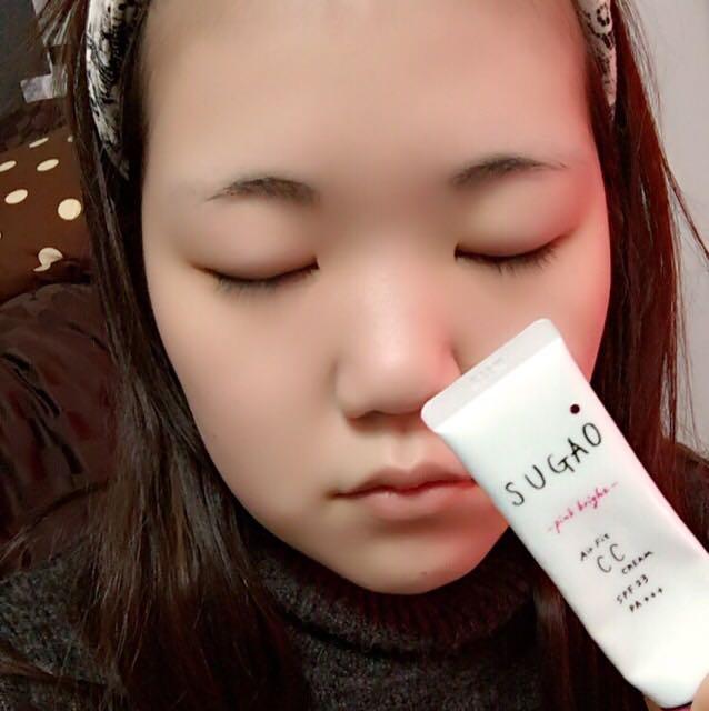 スガオCCクリームを手の甲に取り、スポンジで少量ずつぽんぽんと顔になじませていきます。 (洗顔後化粧水を付けてからすると馴染んでいいと思います⍤⃝♡)