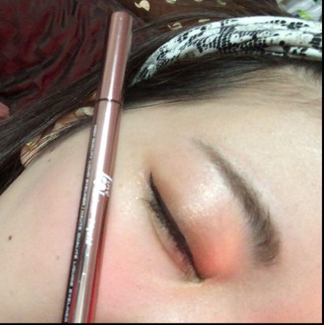 ラブライナーで目尻を少しだけはねます。 まつげの隙間と粘膜の所も塗りつぶすとなお良し。