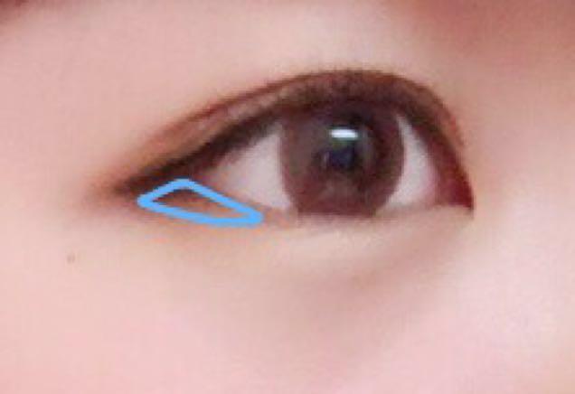 目尻に濃い茶色を塗ります アイラインは目の形に合わせてまっすぐ引きます