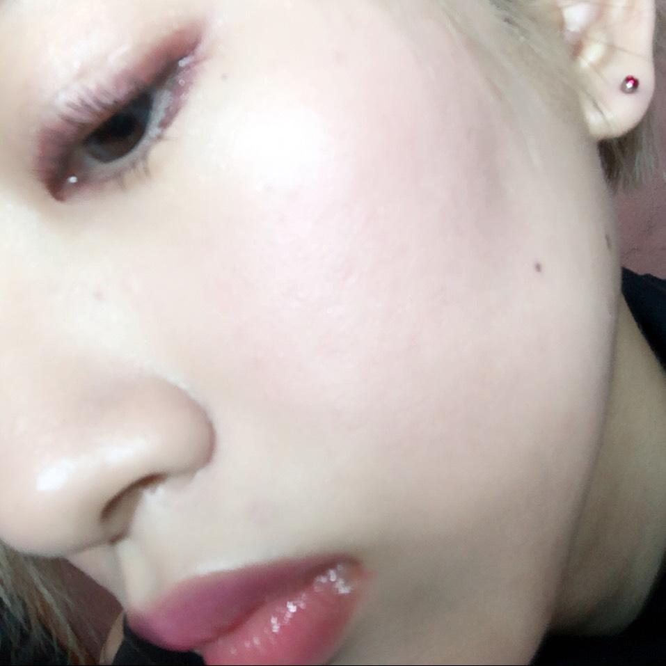 キモい写真申し訳ない(真顔) UVマネージャーを下地に使い、スキンケアファンデーションを塗布してからシルキーフィニッシュパウダーでテカリを抑え、ラブリークッキーブラッシャーの紫のチークを頬に塗る
