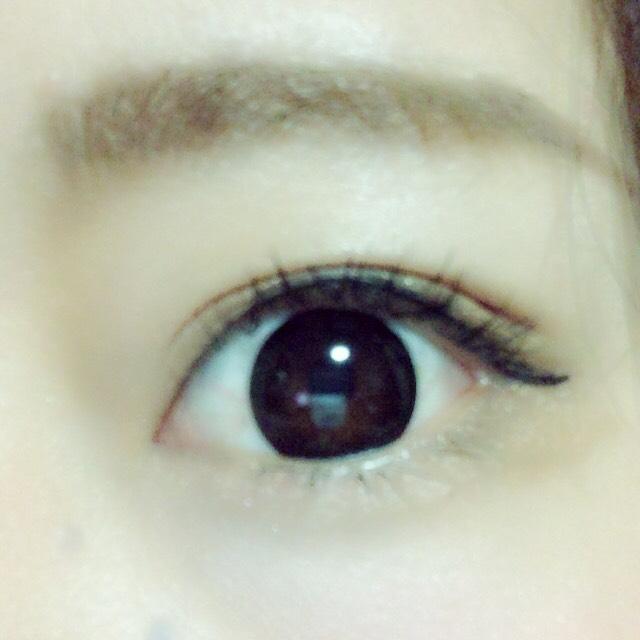 下瞼は目尻に濃いブラウン、目頭にはラメを塗る。  アイラインは全体的に細く塗る。黒目の上を少しだけ太め。目尻は一回下げてから上げる!  ビューラーでしっかりまつげをあげて、上下マスカラ下地、マスカラを塗る。