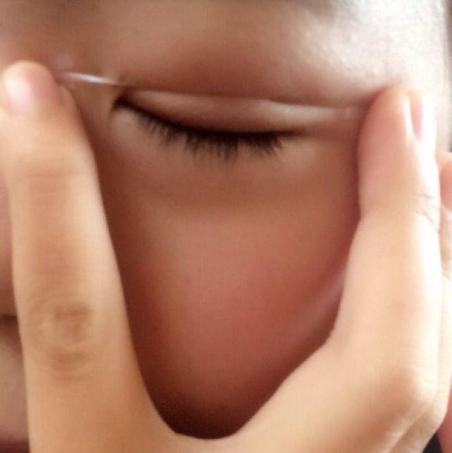 eye talkを薄く塗った (半乾きになった) 所に、メザイクを 目頭から目尻に 伸ばし、食い込ませながら貼ります!