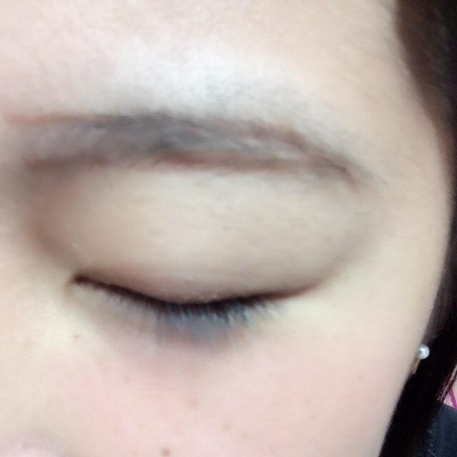 アイブロウペンシルで眉毛をふちどります