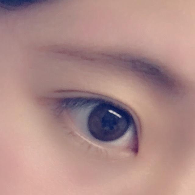 眉毛をパウダーでかいていきます 自分の髪の色より明るいものを使用するとやわらかい印象になります。 パウダーで仕上げることでふんわり眉毛になります。 最後に軽く眉マスカラをします。