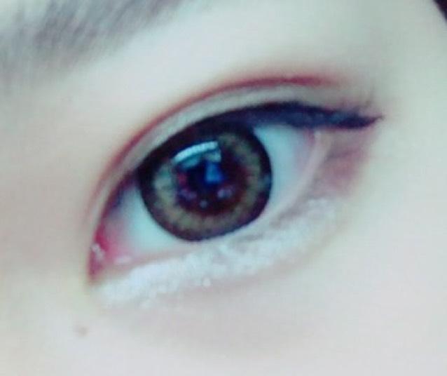 アイブロウペンシルで涙袋を薄く描いた後ら下瞼の目尻には上のアイシャドウのc、目頭にはdをのせます。dのアイシャドウはのせすぎるとケバく見えるので注意(この時少し載せすぎました)
