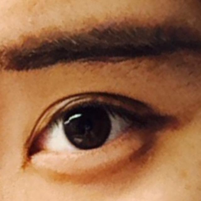 眉毛を太めに書く。 そして目ははみ出るくらいおもいっきりアイライナーを引く。