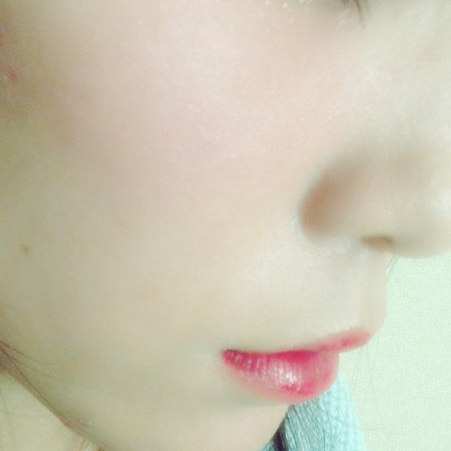 洗顔後、導入液、化粧水、美容液、美顔器、ゲルを使ってしっかり保湿した後、RMKのリキッドファンデを塗り、上にRMKのパウダーをブラシで軽くのせる。(パウダーは厚塗り注意!)